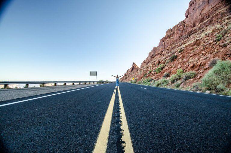 a woman stands in the middle of a desert highway 當我們談論美學時,我們指的是某些事物令人賞心悅目,無論是在照片,繪畫還是雕塑中。 討論畫面質量時,經常發生的一件事是,一般人們對自己的攝影能力具有自覺性,因此很難判斷圖片。 其實任何人都可以評估攝影畫面並表達他們出是否不喜歡它,無需成為專家即可表達自己的觀點!