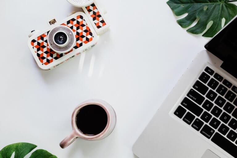 coffee and camera 當我們談論美學時,我們指的是某些事物令人賞心悅目,無論是在照片,繪畫還是雕塑中。 討論畫面質量時,經常發生的一件事是,一般人們對自己的攝影能力具有自覺性,因此很難判斷圖片。 其實任何人都可以評估攝影畫面並表達他們出是否不喜歡它,無需成為專家即可表達自己的觀點!