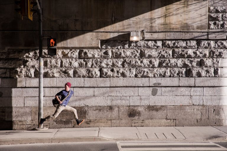 young man runaway on urban street 當我們談論美學時,我們指的是某些事物令人賞心悅目,無論是在照片,繪畫還是雕塑中。 討論畫面質量時,經常發生的一件事是,一般人們對自己的攝影能力具有自覺性,因此很難判斷圖片。 其實任何人都可以評估攝影畫面並表達他們出是否不喜歡它,無需成為專家即可表達自己的觀點!