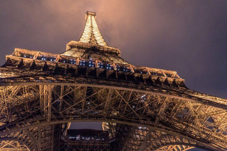 architecture 1854130 1920 夜景真的很美,不是嗎? 在拍攝微電影素材當中,夜景拍攝給人感受除了多愁善感之外,夜景總具有吸引人們的魅力。 但是,如果不知道如何拍攝夜景畫面,則很難將其拍好。 因此,這邊將介紹『如何拍攝美麗的夜景』 用於拍攝夜景攝影的相機設置,有用的設備(如果有的話),用於夜景畫面的創意集合等。 將介紹拍攝夜景所需的信息,提供參考。