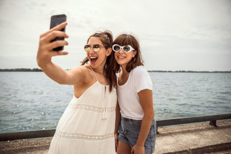 beach boardwalk selfie 喜歡有美感畫面的你,是不是永遠不會停止尋找完美的瞬間! 不管Instagram、FB人氣超高的拍攝美食、網紅們跟萌寵的美美照、或文青風格照, 都能透過以下幾款手機拍照app達到自己隨心想要的風格! 現在有大量的免費和付費照片應用程式可供使用, 有了這些應用程式可以在手機上有更好的拍攝、編輯和組織圖像, 接下來推薦IG網紅大推5款拍照APP給大家!