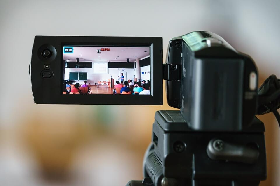 "camera 2654140 960 720 Youtube是一個以影音視頻為主的搜索引擎,所有資訊都是由""影片+聲音""表達給使用者的。若你選擇了經營Youtube,你必須有的基礎技能: A.腳本創作能力(想內容)B.拍攝能力(收音、燈光、角度等,拍攝時需要的小知識)C.剪接影片能力。"