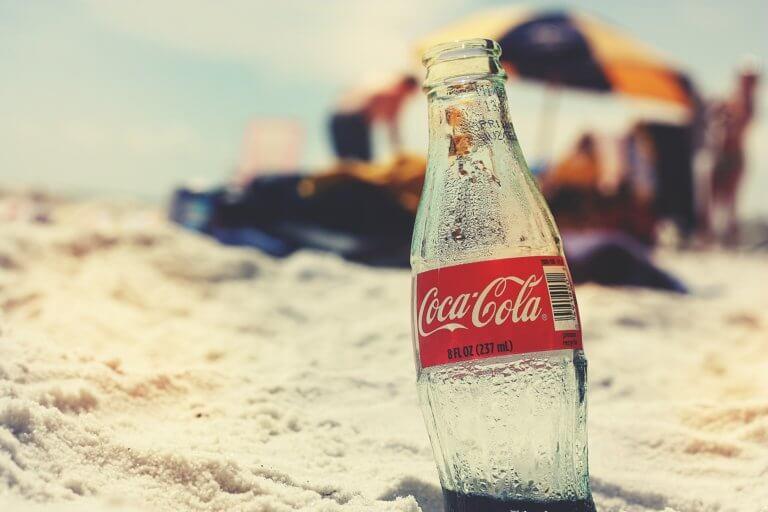 coca cola 821512 1920 品牌即便再大,也需要打造有效益的廣告才能被推動! 近幾年來,apple、GoPro、可口可樂和H&M等品牌大量使用UGC作為社群媒體營銷策略是什麼? 有價值的商業攝影作品,並非拍得美而已,而是要讓拍攝作品附有價值才能與群眾更有共鳴, 透過品牌視頻的重要性中了解到,品牌廣告可以透過與群眾的互動,間接增加推廣及銷售。 那麼就更不能少了UGC行銷! 什麼是UGC呢?User Generated Contents的縮寫,也就是「使用者原創內容」, 就是用戶在社群媒體平台上創建和共享的任何形式的內容,例如:圖像或視頻。