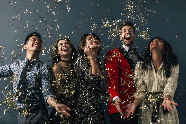 friends celebrate in formal fashion 活動拍攝可能很有趣,但是絕對不容易! 除了必要的前置作業外,捕捉關鍵時刻的技巧也是值得學習的! 事物移動很快,空氣中通常充滿大量能量,而最佳時刻通常不會出現兩次。 無論是小型家庭聚會、派對,還是品牌活動拍攝,或是婚禮活動拍攝...等! 這些活動攝影技巧和給拍攝新手的策略,都可參考以下經驗整理出來的攝影指南!