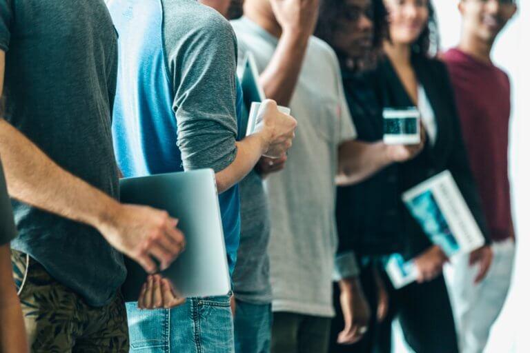 row of young adults at work 品牌視頻內容的目標是通過積極的關聯而不是透過自我促銷來產生收入。儘管品牌視頻內容不是傳統的廣告,但它通常會努力鼓勵觀眾 採取一些行動。