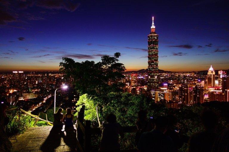 taipei 101 828798 1920 夜景真的很美,不是嗎? 在拍攝微電影素材當中,夜景拍攝給人感受除了多愁善感之外,夜景總具有吸引人們的魅力。 但是,如果不知道如何拍攝夜景畫面,則很難將其拍好。 因此,這邊將介紹『如何拍攝美麗的夜景』 用於拍攝夜景攝影的相機設置,有用的設備(如果有的話),用於夜景畫面的創意集合等。 將介紹拍攝夜景所需的信息,提供參考。