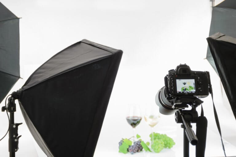 advertising 1867286 1920 在網路購物平台裡面,產品目錄中的圖片是影響銷售的關鍵, 更是在商品形象影片當中的重要元素! 透過專業的商品攝影師經驗分享拍出銷售產品的技巧, 大多數人,總認為一定要有專業的攝影設備才能拍出好的產品照片或影片, 這邊將介紹初學者可以輕鬆完成關於產品拍攝的相機設定跟反光技巧, 讓拍攝手法即便在智慧型手機也能拍出好質量的產品照片。