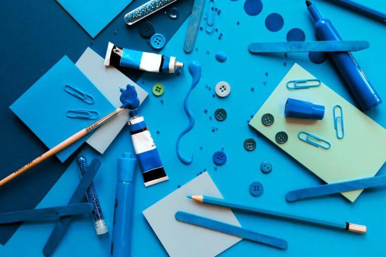 arts crafts in blue 不論youtube上的影片拍攝或是商業廣告任何攝影前都應先掌握拍攝風格, 特別是在拍攝廣告時,無論您要拍攝哪種類型的圖像, 了解如何正確設置拍攝風格都會節省很多時間和金錢。 談到拍攝的造型,這也意味著從服裝延續至道具, 從環境到背景甚至是到模特指甲的所有內容。 當擁有團隊時可以有服裝及道具設計師、甚至造型師,幫您打造出完美的成品, 而攝影師就可以盡情發揮專業拍攝! 但並非每個拍攝者都有預算聘請設計師來設計,所以通常學習有關拍攝樣式的基本知識是必須。 在本文中,將分享提示,提供拍攝設置下的樣式時參考。