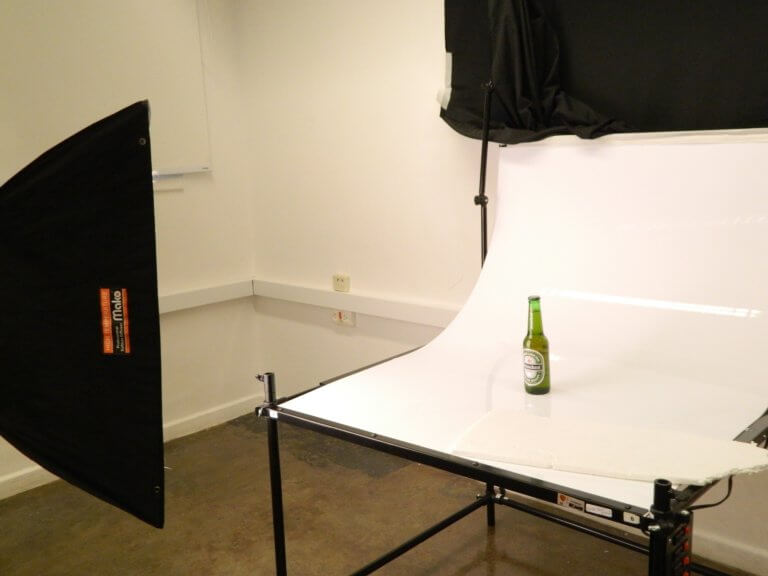 beer 1008757 1920 在網路購物平台裡面,產品目錄中的圖片是影響銷售的關鍵, 更是在商品形象影片當中的重要元素! 透過專業的商品攝影師經驗分享拍出銷售產品的技巧, 大多數人,總認為一定要有專業的攝影設備才能拍出好的產品照片或影片, 這邊將介紹初學者可以輕鬆完成關於產品拍攝的相機設定跟反光技巧, 讓拍攝手法即便在智慧型手機也能拍出好質量的產品照片。
