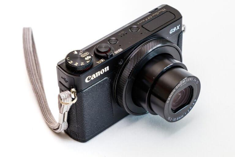 camera 4830556 1920 在網路購物平台裡面,產品目錄中的圖片是影響銷售的關鍵, 更是在商品形象影片當中的重要元素! 透過專業的商品攝影師經驗分享拍出銷售產品的技巧, 大多數人,總認為一定要有專業的攝影設備才能拍出好的產品照片或影片, 這邊將介紹初學者可以輕鬆完成關於產品拍攝的相機設定跟反光技巧, 讓拍攝手法即便在智慧型手機也能拍出好質量的產品照片。