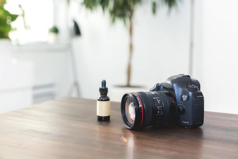 camera with product on table 在網路購物平台裡面,產品目錄中的圖片是影響銷售的關鍵, 更是在商品形象影片當中的重要元素! 透過專業的商品攝影師經驗分享拍出銷售產品的技巧, 大多數人,總認為一定要有專業的攝影設備才能拍出好的產品照片或影片, 這邊將介紹初學者可以輕鬆完成關於產品拍攝的相機設定跟反光技巧, 讓拍攝手法即便在智慧型手機也能拍出好質量的產品照片。