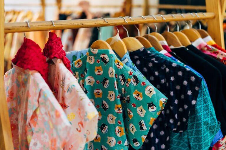 childrens clothing in funky colors 在網路購物平台裡面,產品目錄中的圖片是影響銷售的關鍵, 更是在商品形象影片當中的重要元素! 透過專業的商品攝影師經驗分享拍出銷售產品的技巧, 大多數人,總認為一定要有專業的攝影設備才能拍出好的產品照片或影片, 這邊將介紹初學者可以輕鬆完成關於產品拍攝的相機設定跟反光技巧, 讓拍攝手法即便在智慧型手機也能拍出好質量的產品照片。
