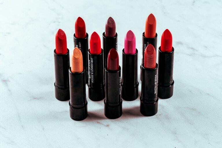lipstick shade of red 在網路購物平台裡面,產品目錄中的圖片是影響銷售的關鍵, 更是在商品形象影片當中的重要元素! 透過專業的商品攝影師經驗分享拍出銷售產品的技巧, 大多數人,總認為一定要有專業的攝影設備才能拍出好的產品照片或影片, 這邊將介紹初學者可以輕鬆完成關於產品拍攝的相機設定跟反光技巧, 讓拍攝手法即便在智慧型手機也能拍出好質量的產品照片。