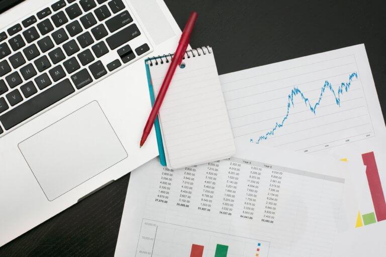making a budget tracking finances 廣告視頻營銷無疑已成為業內最熱門的流行語。 當然更想吸引觀眾,傳遞清晰的信息,推廣品牌等等, 眾多的廣告收益平台確實同意視頻是無價的傳遞媒介。 81%的企業也承認這一點在營銷策略中使用視頻廣告拍攝。 儘管每天有55%的互聯網用戶觀看在線視頻, 但一些品牌仍然決定堅持使用經過驗證的廣告類型『圖片』。 這主要是因為他們相信一些視頻神話主導整個行業的, 加上企業品牌的廣告影片製作既昂貴又耗時。 但是如果想在商業廣告中有好的效果,建議『同時嘗試兩者』。 通過測試後,才可以確定哪種商業廣告最適合品牌形象和目標。 之前也曾說過品牌視頻的重要性,但歸根結底,這兩種工具各有千秋。 但是根據營銷人員的經驗,『影片』效果往往好於圖像廣告。 為了支持這個主張,將提供證明聲音和圖像相結合的數據, 而不僅僅只是一張照片。最後,由自己決定要使用哪種廣告方式來推銷品牌。