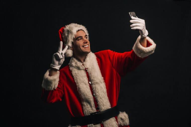 selfie in santa costume 在Instagram或Facebook中是否常看見很多漂亮又帥氣的自拍照呢? 不論是透過相機或是智慧型手機拍攝,在自拍畫面中的技巧大家都掌握多少呢? 不要小看這些技巧,學會自拍對於商業攝影也是一大幫助喔! 透過自拍秘訣的了解,會更懂得在活動直播中展現自己,更懂得抓自己臉好看的角度。 現在不只是女孩愛自拍,連男孩也更想懂得展現自己帥氣的一面, 在本文中,總結了些自拍中的關鍵,介紹給初級自拍者。