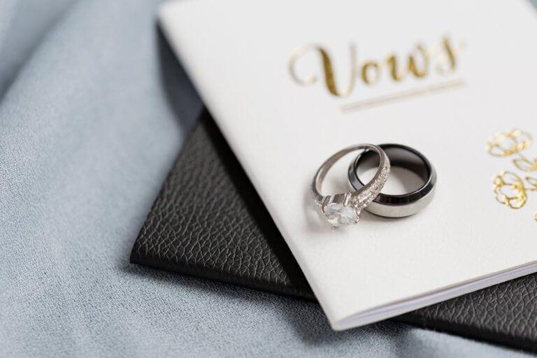 wedding vows and wedding rings 不論youtube上的影片拍攝或是商業廣告任何攝影前都應先掌握拍攝風格, 特別是在拍攝廣告時,無論您要拍攝哪種類型的圖像, 了解如何正確設置拍攝風格都會節省很多時間和金錢。 談到拍攝的造型,這也意味著從服裝延續至道具, 從環境到背景甚至是到模特指甲的所有內容。 當擁有團隊時可以有服裝及道具設計師、甚至造型師,幫您打造出完美的成品, 而攝影師就可以盡情發揮專業拍攝! 但並非每個拍攝者都有預算聘請設計師來設計,所以通常學習有關拍攝樣式的基本知識是必須。 在本文中,將分享提示,提供拍攝設置下的樣式時參考。