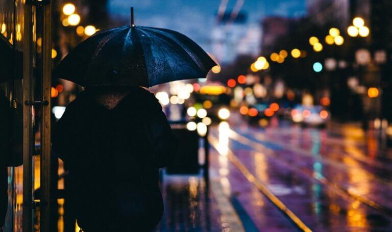 adult 1867665 1920 它,能夠是充滿喜悅,也能帶點憂傷,有著無限想像在雨中拍攝裡, 因為雨,正是給攝影師最奇妙的禮物。 雨水帶來了無數的創作機會(可室內和室外) 瞭解了雨天攝影,不再感到雨天只是惡劣的天氣,還會多了些冒險及挑戰。 甚至很多客戶都喜歡雨中拍攝下的作品,如同微電影中很多的劇情需要, 也都免不了在雨中拍攝mv。 雨中的天氣下拍攝,是會令人難忘的, 但雨中攝影也可能會使大多數攝影師驚慌失措, 有些人寧願等天氣好後再進行戶外冒險,但其實根據自己的居住地, 當下雨時,它正改變著城鎮或城市不同以往的面貌。 在活用雨中攝影技巧下,可以使雨中最普通的場景看起來很生動, 攝影師將用獨特方式捕捉世界的渴望,遠勝於保持舒適和溫暖的需求。