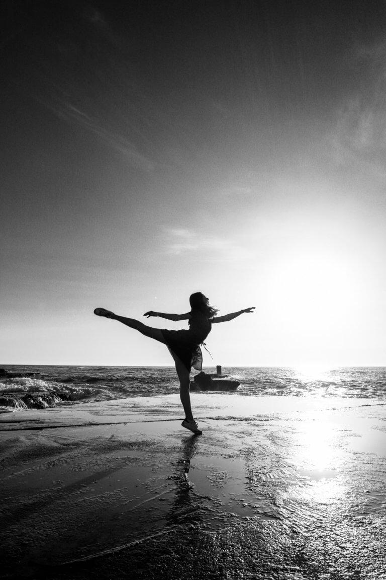 beach ballerina 出色的黑白攝影,總是特別吸引人,因為它具有永恆的品質。 充滿高質量的黑白攝影作品, 可以引人注目、甚至也可以帶入情感、令人嘆為觀止, 甚至許多時尚品牌的廣告拍攝當中,也會使用黑白拍攝來提高一種時尚的品味感。 那麼該怎麼做才能拍出令人驚嘆的黑白攝影作品呢? 跟著本文一起探索關於黑白攝影(又稱:單色攝影),觀看以下這幾項基礎的要點。