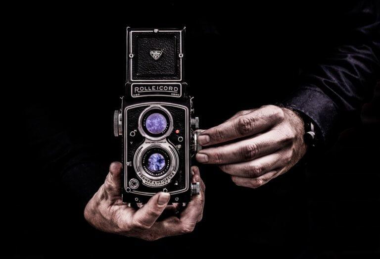 camera 3244872 1920 在youtube及各大網路社群媒體視頻裡, 人們除了會受標體跟內容感興趣外,色彩也是點擊的動機之一。 什麼風格裡出現哪種顏色,又或是品牌(產品)主打什麼顏色來宣傳, 有時,單純的顏色就給人們充滿聯想,甚至影響了我們的感官, 就像之前美食攝影介紹當中, 需要的是色彩是暖色的、給人充滿食慾感的。 例如:草莓系列的商業廣告產品視頻,大多都會搭配粉紅色或是紅色, 給人帶點酸甜的甜蜜感,在女性消費者上,也是最受歡迎。 色彩給人的心理影響是具有影響力的, 而研究透過色彩影響心裡的領域稱為色彩心理學。 在本文中,將提供有關視頻製作時應該了解的色彩心理學的簡要概述。 只需知道它們的特徵,就可以用完全不同的方式查看通常會出現在您眼中的顏色。 此外,了解色彩心理可以實現有效的視頻製作,從而鼓勵用戶採取特定的行動。 讓我們深入了解色彩世界。