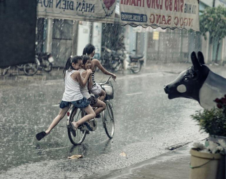 children 2586002 1920 它,能夠是充滿喜悅,也能帶點憂傷,有著無限想像在雨中拍攝裡, 因為雨,正是給攝影師最奇妙的禮物。 雨水帶來了無數的創作機會(可室內和室外) 瞭解了雨天攝影,不再感到雨天只是惡劣的天氣,還會多了些冒險及挑戰。 甚至很多客戶都喜歡雨中拍攝下的作品,如同微電影中很多的劇情需要, 也都免不了在雨中拍攝mv。 雨中的天氣下拍攝,是會令人難忘的, 但雨中攝影也可能會使大多數攝影師驚慌失措, 有些人寧願等天氣好後再進行戶外冒險,但其實根據自己的居住地, 當下雨時,它正改變著城鎮或城市不同以往的面貌。 在活用雨中攝影技巧下,可以使雨中最普通的場景看起來很生動, 攝影師將用獨特方式捕捉世界的渴望,遠勝於保持舒適和溫暖的需求。