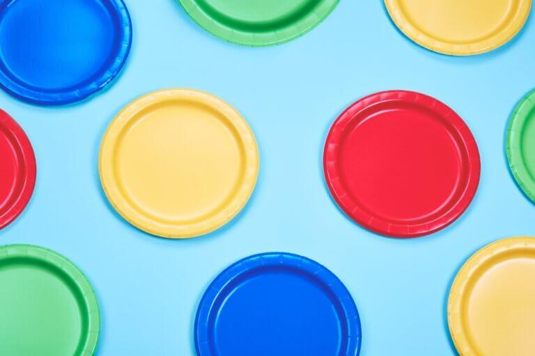 colorful party plates 在youtube及各大網路社群媒體視頻裡, 人們除了會受標體跟內容感興趣外,色彩也是點擊的動機之一。 什麼風格裡出現哪種顏色,又或是品牌(產品)主打什麼顏色來宣傳, 有時,單純的顏色就給人們充滿聯想,甚至影響了我們的感官, 就像之前美食攝影介紹當中, 需要的是色彩是暖色的、給人充滿食慾感的。 例如:草莓系列的商業廣告產品視頻,大多都會搭配粉紅色或是紅色, 給人帶點酸甜的甜蜜感,在女性消費者上,也是最受歡迎。 色彩給人的心理影響是具有影響力的, 而研究透過色彩影響心裡的領域稱為色彩心理學。 在本文中,將提供有關視頻製作時應該了解的色彩心理學的簡要概述。 只需知道它們的特徵,就可以用完全不同的方式查看通常會出現在您眼中的顏色。 此外,了解色彩心理可以實現有效的視頻製作,從而鼓勵用戶採取特定的行動。 讓我們深入了解色彩世界。
