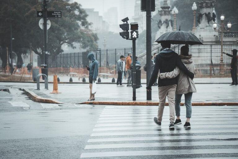 couple 4602505 1920 它,能夠是充滿喜悅,也能帶點憂傷,有著無限想像在雨中拍攝裡, 因為雨,正是給攝影師最奇妙的禮物。 雨水帶來了無數的創作機會(可室內和室外) 瞭解了雨天攝影,不再感到雨天只是惡劣的天氣,還會多了些冒險及挑戰。 甚至很多客戶都喜歡雨中拍攝下的作品,如同微電影中很多的劇情需要, 也都免不了在雨中拍攝mv。 雨中的天氣下拍攝,是會令人難忘的, 但雨中攝影也可能會使大多數攝影師驚慌失措, 有些人寧願等天氣好後再進行戶外冒險,但其實根據自己的居住地, 當下雨時,它正改變著城鎮或城市不同以往的面貌。 在活用雨中攝影技巧下,可以使雨中最普通的場景看起來很生動, 攝影師將用獨特方式捕捉世界的渴望,遠勝於保持舒適和溫暖的需求。