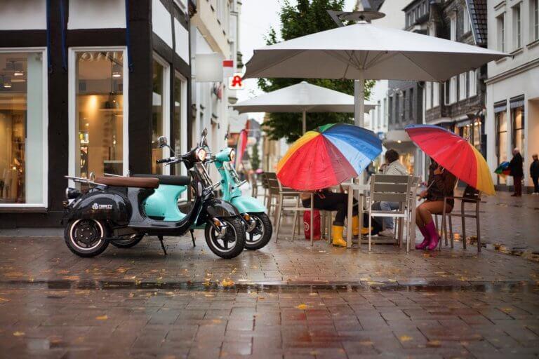 electric scooter 4983759 1920 它,能夠是充滿喜悅,也能帶點憂傷,有著無限想像在雨中拍攝裡, 因為雨,正是給攝影師最奇妙的禮物。 雨水帶來了無數的創作機會(可室內和室外) 瞭解了雨天攝影,不再感到雨天只是惡劣的天氣,還會多了些冒險及挑戰。 甚至很多客戶都喜歡雨中拍攝下的作品,如同微電影中很多的劇情需要, 也都免不了在雨中拍攝mv。 雨中的天氣下拍攝,是會令人難忘的, 但雨中攝影也可能會使大多數攝影師驚慌失措, 有些人寧願等天氣好後再進行戶外冒險,但其實根據自己的居住地, 當下雨時,它正改變著城鎮或城市不同以往的面貌。 在活用雨中攝影技巧下,可以使雨中最普通的場景看起來很生動, 攝影師將用獨特方式捕捉世界的渴望,遠勝於保持舒適和溫暖的需求。