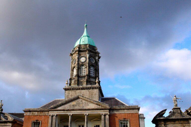 european clock tower architecture 它,能夠是充滿喜悅,也能帶點憂傷,有著無限想像在雨中拍攝裡, 因為雨,正是給攝影師最奇妙的禮物。 雨水帶來了無數的創作機會(可室內和室外) 瞭解了雨天攝影,不再感到雨天只是惡劣的天氣,還會多了些冒險及挑戰。 甚至很多客戶都喜歡雨中拍攝下的作品,如同微電影中很多的劇情需要, 也都免不了在雨中拍攝mv。 雨中的天氣下拍攝,是會令人難忘的, 但雨中攝影也可能會使大多數攝影師驚慌失措, 有些人寧願等天氣好後再進行戶外冒險,但其實根據自己的居住地, 當下雨時,它正改變著城鎮或城市不同以往的面貌。 在活用雨中攝影技巧下,可以使雨中最普通的場景看起來很生動, 攝影師將用獨特方式捕捉世界的渴望,遠勝於保持舒適和溫暖的需求。