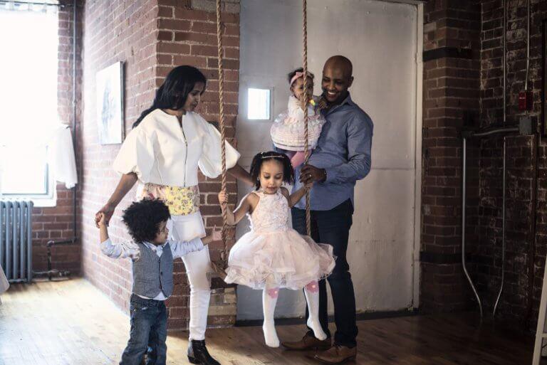 family with swing 出色的黑白攝影,總是特別吸引人,因為它具有永恆的品質。 充滿高質量的黑白攝影作品, 可以引人注目、甚至也可以帶入情感、令人嘆為觀止, 甚至許多時尚品牌的廣告拍攝當中,也會使用黑白拍攝來提高一種時尚的品味感。 那麼該怎麼做才能拍出令人驚嘆的黑白攝影作品呢? 跟著本文一起探索關於黑白攝影(又稱:單色攝影),觀看以下這幾項基礎的要點。