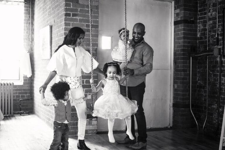 family with swing black and white 出色的黑白攝影,總是特別吸引人,因為它具有永恆的品質。 充滿高質量的黑白攝影作品, 可以引人注目、甚至也可以帶入情感、令人嘆為觀止, 甚至許多時尚品牌的廣告拍攝當中,也會使用黑白拍攝來提高一種時尚的品味感。 那麼該怎麼做才能拍出令人驚嘆的黑白攝影作品呢? 跟著本文一起探索關於黑白攝影(又稱:單色攝影),觀看以下這幾項基礎的要點。