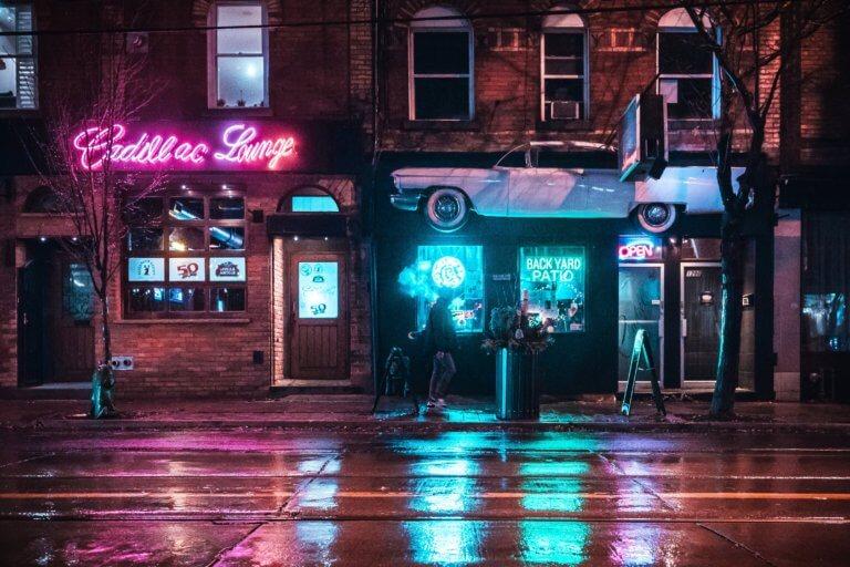 man walking past bar in neon light 它,能夠是充滿喜悅,也能帶點憂傷,有著無限想像在雨中拍攝裡, 因為雨,正是給攝影師最奇妙的禮物。 雨水帶來了無數的創作機會(可室內和室外) 瞭解了雨天攝影,不再感到雨天只是惡劣的天氣,還會多了些冒險及挑戰。 甚至很多客戶都喜歡雨中拍攝下的作品,如同微電影中很多的劇情需要, 也都免不了在雨中拍攝mv。 雨中的天氣下拍攝,是會令人難忘的, 但雨中攝影也可能會使大多數攝影師驚慌失措, 有些人寧願等天氣好後再進行戶外冒險,但其實根據自己的居住地, 當下雨時,它正改變著城鎮或城市不同以往的面貌。 在活用雨中攝影技巧下,可以使雨中最普通的場景看起來很生動, 攝影師將用獨特方式捕捉世界的渴望,遠勝於保持舒適和溫暖的需求。