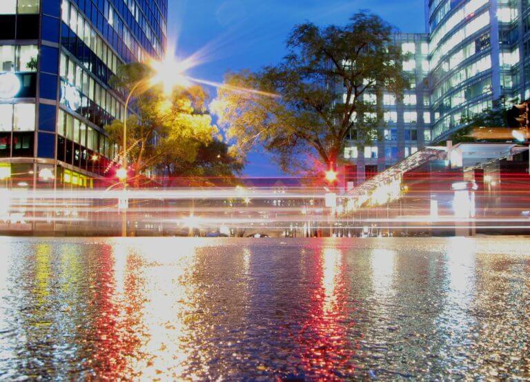 montreal night light streaks 它,能夠是充滿喜悅,也能帶點憂傷,有著無限想像在雨中拍攝裡, 因為雨,正是給攝影師最奇妙的禮物。 雨水帶來了無數的創作機會(可室內和室外) 瞭解了雨天攝影,不再感到雨天只是惡劣的天氣,還會多了些冒險及挑戰。 甚至很多客戶都喜歡雨中拍攝下的作品,如同微電影中很多的劇情需要, 也都免不了在雨中拍攝mv。 雨中的天氣下拍攝,是會令人難忘的, 但雨中攝影也可能會使大多數攝影師驚慌失措, 有些人寧願等天氣好後再進行戶外冒險,但其實根據自己的居住地, 當下雨時,它正改變著城鎮或城市不同以往的面貌。 在活用雨中攝影技巧下,可以使雨中最普通的場景看起來很生動, 攝影師將用獨特方式捕捉世界的渴望,遠勝於保持舒適和溫暖的需求。
