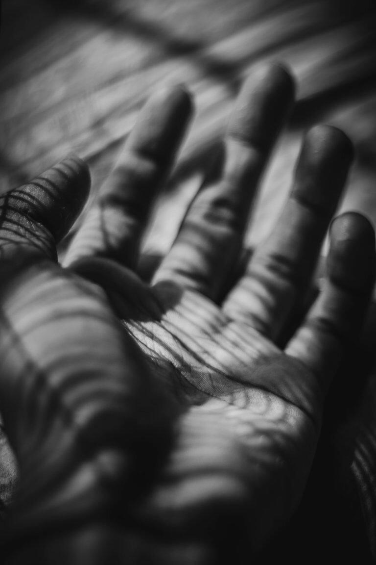 naturally lit hand in monochrome 出色的黑白攝影,總是特別吸引人,因為它具有永恆的品質。 充滿高質量的黑白攝影作品, 可以引人注目、甚至也可以帶入情感、令人嘆為觀止, 甚至許多時尚品牌的廣告拍攝當中,也會使用黑白拍攝來提高一種時尚的品味感。 那麼該怎麼做才能拍出令人驚嘆的黑白攝影作品呢? 跟著本文一起探索關於黑白攝影(又稱:單色攝影),觀看以下這幾項基礎的要點。