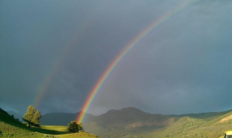 rainbow 182078 1920 它,能夠是充滿喜悅,也能帶點憂傷,有著無限想像在雨中拍攝裡, 因為雨,正是給攝影師最奇妙的禮物。 雨水帶來了無數的創作機會(可室內和室外) 瞭解了雨天攝影,不再感到雨天只是惡劣的天氣,還會多了些冒險及挑戰。 甚至很多客戶都喜歡雨中拍攝下的作品,如同微電影中很多的劇情需要, 也都免不了在雨中拍攝mv。 雨中的天氣下拍攝,是會令人難忘的, 但雨中攝影也可能會使大多數攝影師驚慌失措, 有些人寧願等天氣好後再進行戶外冒險,但其實根據自己的居住地, 當下雨時,它正改變著城鎮或城市不同以往的面貌。 在活用雨中攝影技巧下,可以使雨中最普通的場景看起來很生動, 攝影師將用獨特方式捕捉世界的渴望,遠勝於保持舒適和溫暖的需求。