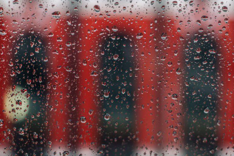 rainy window with red streetcar 它,能夠是充滿喜悅,也能帶點憂傷,有著無限想像在雨中拍攝裡, 因為雨,正是給攝影師最奇妙的禮物。 雨水帶來了無數的創作機會(可室內和室外) 瞭解了雨天攝影,不再感到雨天只是惡劣的天氣,還會多了些冒險及挑戰。 甚至很多客戶都喜歡雨中拍攝下的作品,如同微電影中很多的劇情需要, 也都免不了在雨中拍攝mv。 雨中的天氣下拍攝,是會令人難忘的, 但雨中攝影也可能會使大多數攝影師驚慌失措, 有些人寧願等天氣好後再進行戶外冒險,但其實根據自己的居住地, 當下雨時,它正改變著城鎮或城市不同以往的面貌。 在活用雨中攝影技巧下,可以使雨中最普通的場景看起來很生動, 攝影師將用獨特方式捕捉世界的渴望,遠勝於保持舒適和溫暖的需求。