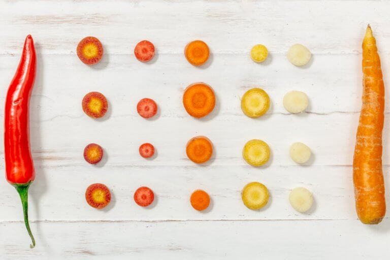 red pepper and carrots flatlay 你知道嗎?攝影構圖美學當中,大多數構圖規則都來自古典藝術。 幾個世紀以前,大師們繪製畫作的技巧如今仍然像當時一樣適用於現在的攝影, 將現實世界放到二維畫布上的基本知識永遠不會改變。 這些基本原理之一是對稱。 在攝影中使用對稱性和圖案是使攝影構圖上更具吸引力和影響力的好方法, 不管是在美食攝影、還是商業攝影、甚至許多建築...等也都應用著對稱構圖方式。 對稱的含義是什麼? 當構圖的某些部分與其他部分鏡像時,就會發生對稱性, 如果考慮人體,它具有垂直對稱性,左半部分反映了右半部分。 想像一下拍一張照片,然後將其折疊到中間, 如果兩半相同,則圖像是對稱的。 一旦開始尋找對稱性,自然界中就會發現很多對稱性。 而且大多數人造物體也具有對稱性。 每天使用的汽車、飛機、輪船、輪船、房屋、建築物以及許多產品都具有對稱性。 為什麼?因為人腦硬連線到喜歡對稱的物體。 我們將對稱與美緊密聯繫在一起。