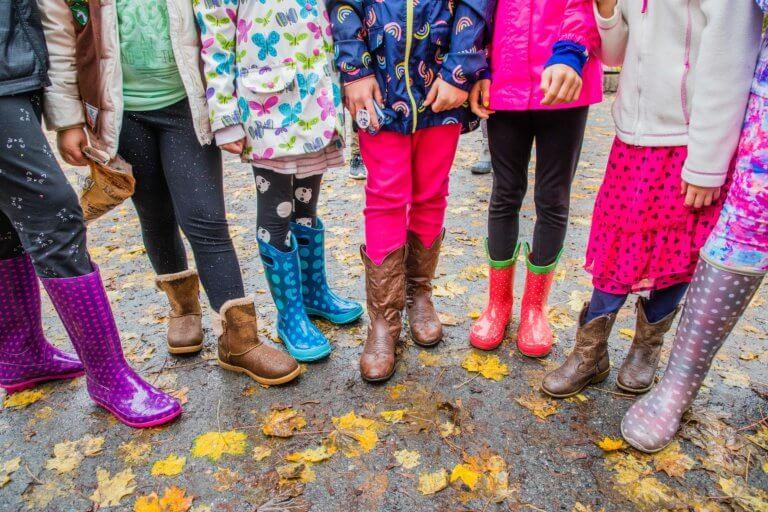 row of girls in boots 4709415 1920 它,能夠是充滿喜悅,也能帶點憂傷,有著無限想像在雨中拍攝裡, 因為雨,正是給攝影師最奇妙的禮物。 雨水帶來了無數的創作機會(可室內和室外) 瞭解了雨天攝影,不再感到雨天只是惡劣的天氣,還會多了些冒險及挑戰。 甚至很多客戶都喜歡雨中拍攝下的作品,如同微電影中很多的劇情需要, 也都免不了在雨中拍攝mv。 雨中的天氣下拍攝,是會令人難忘的, 但雨中攝影也可能會使大多數攝影師驚慌失措, 有些人寧願等天氣好後再進行戶外冒險,但其實根據自己的居住地, 當下雨時,它正改變著城鎮或城市不同以往的面貌。 在活用雨中攝影技巧下,可以使雨中最普通的場景看起來很生動, 攝影師將用獨特方式捕捉世界的渴望,遠勝於保持舒適和溫暖的需求。