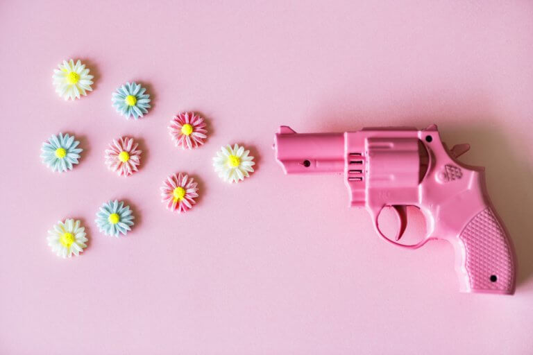 small pink revolver shooting flowers 不論youtube上的影片拍攝或是商業廣告任何攝影前都應先掌握拍攝風格, 特別是在拍攝廣告時,無論您要拍攝哪種類型的圖像, 了解如何正確設置拍攝風格都會節省很多時間和金錢。 談到拍攝的造型,這也意味著從服裝延續至道具, 從環境到背景甚至是到模特指甲的所有內容。 當擁有團隊時可以有服裝及道具設計師、甚至造型師,幫您打造出完美的成品, 而攝影師就可以盡情發揮專業拍攝! 但並非每個拍攝者都有預算聘請設計師來設計,所以通常學習有關拍攝樣式的基本知識是必須。 在本文中,將分享提示,提供拍攝設置下的樣式時參考。