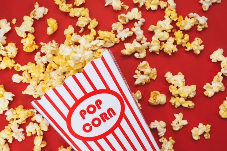 spilled popcorn on a red background 不論youtube上的影片拍攝或是商業廣告任何攝影前都應先掌握拍攝風格, 特別是在拍攝廣告時,無論您要拍攝哪種類型的圖像, 了解如何正確設置拍攝風格都會節省很多時間和金錢。 談到拍攝的造型,這也意味著從服裝延續至道具, 從環境到背景甚至是到模特指甲的所有內容。 當擁有團隊時可以有服裝及道具設計師、甚至造型師,幫您打造出完美的成品, 而攝影師就可以盡情發揮專業拍攝! 但並非每個拍攝者都有預算聘請設計師來設計,所以通常學習有關拍攝樣式的基本知識是必須。 在本文中,將分享提示,提供拍攝設置下的樣式時參考。