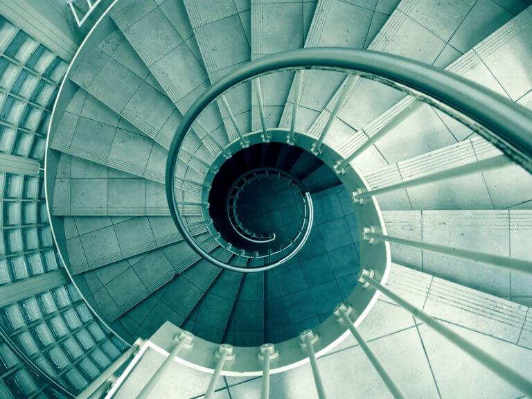 spiral 926736 1920 你知道嗎?攝影構圖美學當中,大多數構圖規則都來自古典藝術。 幾個世紀以前,大師們繪製畫作的技巧如今仍然像當時一樣適用於現在的攝影, 將現實世界放到二維畫布上的基本知識永遠不會改變。 這些基本原理之一是對稱。 在攝影中使用對稱性和圖案是使攝影構圖上更具吸引力和影響力的好方法, 不管是在美食攝影、還是商業攝影、甚至許多建築...等也都應用著對稱構圖方式。 對稱的含義是什麼? 當構圖的某些部分與其他部分鏡像時,就會發生對稱性, 如果考慮人體,它具有垂直對稱性,左半部分反映了右半部分。 想像一下拍一張照片,然後將其折疊到中間, 如果兩半相同,則圖像是對稱的。 一旦開始尋找對稱性,自然界中就會發現很多對稱性。 而且大多數人造物體也具有對稱性。 每天使用的汽車、飛機、輪船、輪船、房屋、建築物以及許多產品都具有對稱性。 為什麼?因為人腦硬連線到喜歡對稱的物體。 我們將對稱與美緊密聯繫在一起。