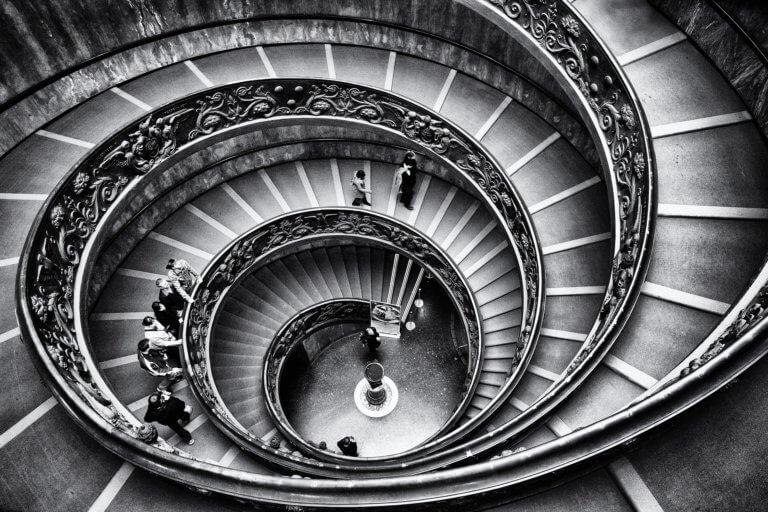 stairway 1136071 1920 出色的黑白攝影,總是特別吸引人,因為它具有永恆的品質。 充滿高質量的黑白攝影作品, 可以引人注目、甚至也可以帶入情感、令人嘆為觀止, 甚至許多時尚品牌的廣告拍攝當中,也會使用黑白拍攝來提高一種時尚的品味感。 那麼該怎麼做才能拍出令人驚嘆的黑白攝影作品呢? 跟著本文一起探索關於黑白攝影(又稱:單色攝影),觀看以下這幾項基礎的要點。