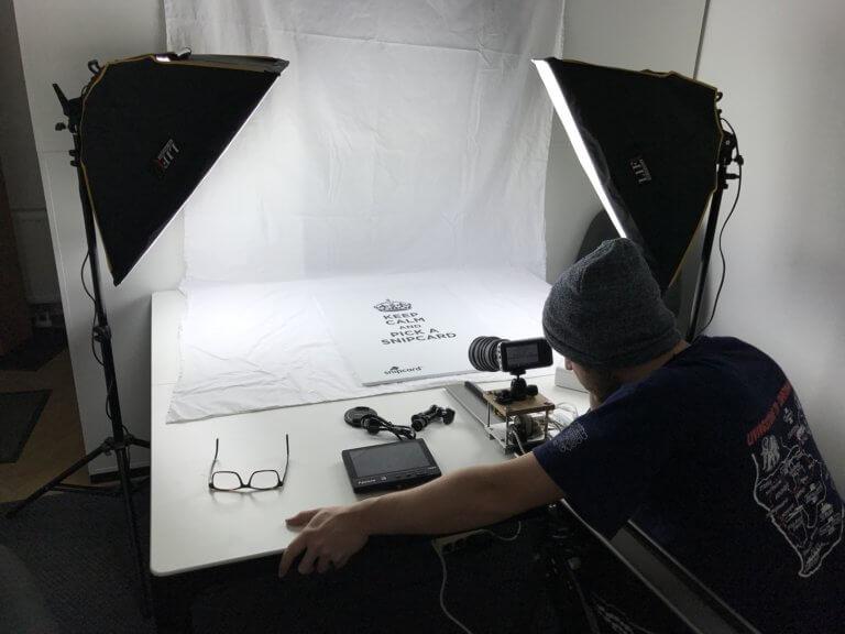studio 2287988 1920 無論哪種拍攝,光源都是最重要的基準,這邊一起來了解光源照明技巧, 好讓自己攝影作品能擁有更好質量,完成更棒的作品! 當面對不確定的環境中,該如何使用光線,是人工照明、自然光還是混合照明? 不管在微電影拍攝、自拍、產品拍攝、美食攝影....等活動拍攝,都是要懂得光的技巧, 因此對於一位專業攝影師而言,掌握好光源照明的技巧決定了攝影作品的成敗, 本文將分享攝影經驗中的照明技巧,告知關於人造光、自然光和混合照明指南。 當商業攝影為客戶拍攝時,客戶無論希望使用哪種光源,攝影師都必須完成工作, 雖然並不是都有機會在黃金時段下進行拍攝,但也因此盡可能去完成! 可以透過網路一些高質量照片參考, 例如:instagram、facebook....等提供的高質量圖像,去參考不同的構圖與光線的安排, 透過觀摩與參考如何構圖後,自己在處理和安排圖像及應用光的技巧,更能明白自己的優缺點。 對於拍攝的光,您了解多少? 請參考本文照明技巧內容。
