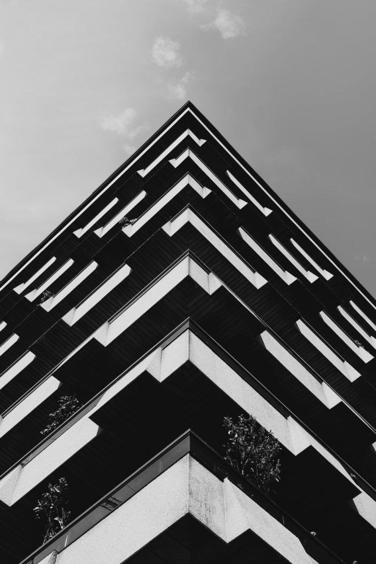 symmetrical building in monochrome 出色的黑白攝影,總是特別吸引人,因為它具有永恆的品質。 充滿高質量的黑白攝影作品, 可以引人注目、甚至也可以帶入情感、令人嘆為觀止, 甚至許多時尚品牌的廣告拍攝當中,也會使用黑白拍攝來提高一種時尚的品味感。 那麼該怎麼做才能拍出令人驚嘆的黑白攝影作品呢? 跟著本文一起探索關於黑白攝影(又稱:單色攝影),觀看以下這幾項基礎的要點。