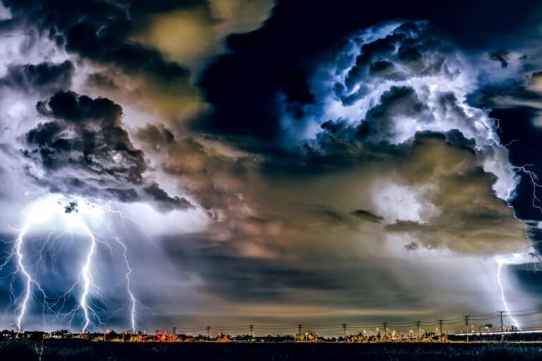 thunderstorm 1768742 1920 它,能夠是充滿喜悅,也能帶點憂傷,有著無限想像在雨中拍攝裡, 因為雨,正是給攝影師最奇妙的禮物。 雨水帶來了無數的創作機會(可室內和室外) 瞭解了雨天攝影,不再感到雨天只是惡劣的天氣,還會多了些冒險及挑戰。 甚至很多客戶都喜歡雨中拍攝下的作品,如同微電影中很多的劇情需要, 也都免不了在雨中拍攝mv。 雨中的天氣下拍攝,是會令人難忘的, 但雨中攝影也可能會使大多數攝影師驚慌失措, 有些人寧願等天氣好後再進行戶外冒險,但其實根據自己的居住地, 當下雨時,它正改變著城鎮或城市不同以往的面貌。 在活用雨中攝影技巧下,可以使雨中最普通的場景看起來很生動, 攝影師將用獨特方式捕捉世界的渴望,遠勝於保持舒適和溫暖的需求。