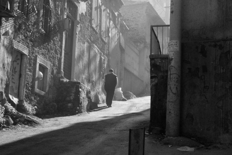 urban view of a person walking in black and white 很多藝術家、攝影師或其他人在創作的過程中,都會遇到必須尋找靈感的點。 不論今天想廣告拍攝、或是美食拍照,又或是簡單的生活攝影...等, 都是需要一些創意才更能引起共鳴與觀看。 本文編制了一份攝影創意清單,這裡將介紹一些可能會激發對攝影眼光的創意和技術策略, 跟著本文攝影創意列表,看是否也能從中獲得屬於自己的拍攝靈感。