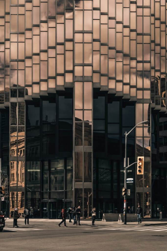 waiting to cross at the feet of metal and glass giants 你知道嗎?攝影構圖美學當中,大多數構圖規則都來自古典藝術。 幾個世紀以前,大師們繪製畫作的技巧如今仍然像當時一樣適用於現在的攝影, 將現實世界放到二維畫布上的基本知識永遠不會改變。 這些基本原理之一是對稱。 在攝影中使用對稱性和圖案是使攝影構圖上更具吸引力和影響力的好方法, 不管是在美食攝影、還是商業攝影、甚至許多建築...等也都應用著對稱構圖方式。 對稱的含義是什麼? 當構圖的某些部分與其他部分鏡像時,就會發生對稱性, 如果考慮人體,它具有垂直對稱性,左半部分反映了右半部分。 想像一下拍一張照片,然後將其折疊到中間, 如果兩半相同,則圖像是對稱的。 一旦開始尋找對稱性,自然界中就會發現很多對稱性。 而且大多數人造物體也具有對稱性。 每天使用的汽車、飛機、輪船、輪船、房屋、建築物以及許多產品都具有對稱性。 為什麼?因為人腦硬連線到喜歡對稱的物體。 我們將對稱與美緊密聯繫在一起。