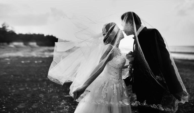 wedding 1983483 1920 出色的黑白攝影,總是特別吸引人,因為它具有永恆的品質。 充滿高質量的黑白攝影作品, 可以引人注目、甚至也可以帶入情感、令人嘆為觀止, 甚至許多時尚品牌的廣告拍攝當中,也會使用黑白拍攝來提高一種時尚的品味感。 那麼該怎麼做才能拍出令人驚嘆的黑白攝影作品呢? 跟著本文一起探索關於黑白攝影(又稱:單色攝影),觀看以下這幾項基礎的要點。