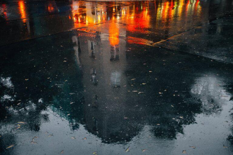 wet pavement reflects a building and city night lights 它,能夠是充滿喜悅,也能帶點憂傷,有著無限想像在雨中拍攝裡, 因為雨,正是給攝影師最奇妙的禮物。 雨水帶來了無數的創作機會(可室內和室外) 瞭解了雨天攝影,不再感到雨天只是惡劣的天氣,還會多了些冒險及挑戰。 甚至很多客戶都喜歡雨中拍攝下的作品,如同微電影中很多的劇情需要, 也都免不了在雨中拍攝mv。 雨中的天氣下拍攝,是會令人難忘的, 但雨中攝影也可能會使大多數攝影師驚慌失措, 有些人寧願等天氣好後再進行戶外冒險,但其實根據自己的居住地, 當下雨時,它正改變著城鎮或城市不同以往的面貌。 在活用雨中攝影技巧下,可以使雨中最普通的場景看起來很生動, 攝影師將用獨特方式捕捉世界的渴望,遠勝於保持舒適和溫暖的需求。