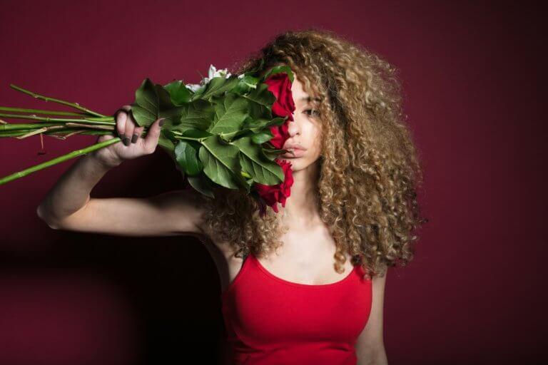 woman grasping flowers 在youtube及各大網路社群媒體視頻裡, 人們除了會受標體跟內容感興趣外,色彩也是點擊的動機之一。 什麼風格裡出現哪種顏色,又或是品牌(產品)主打什麼顏色來宣傳, 有時,單純的顏色就給人們充滿聯想,甚至影響了我們的感官, 就像之前美食攝影介紹當中, 需要的是色彩是暖色的、給人充滿食慾感的。 例如:草莓系列的商業廣告產品視頻,大多都會搭配粉紅色或是紅色, 給人帶點酸甜的甜蜜感,在女性消費者上,也是最受歡迎。 色彩給人的心理影響是具有影響力的, 而研究透過色彩影響心裡的領域稱為色彩心理學。 在本文中,將提供有關視頻製作時應該了解的色彩心理學的簡要概述。 只需知道它們的特徵,就可以用完全不同的方式查看通常會出現在您眼中的顏色。 此外,了解色彩心理可以實現有效的視頻製作,從而鼓勵用戶採取特定的行動。 讓我們深入了解色彩世界。