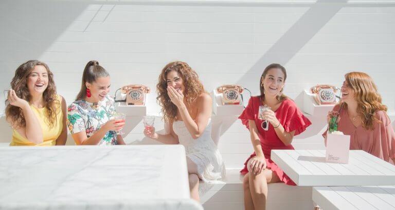 women sipping cocktails in a white room 無論哪種拍攝,光源都是最重要的基準,這邊一起來了解光源照明技巧, 好讓自己攝影作品能擁有更好質量,完成更棒的作品! 當面對不確定的環境中,該如何使用光線,是人工照明、自然光還是混合照明? 不管在微電影拍攝、自拍、產品拍攝、美食攝影....等活動拍攝,都是要懂得光的技巧, 因此對於一位專業攝影師而言,掌握好光源照明的技巧決定了攝影作品的成敗, 本文將分享攝影經驗中的照明技巧,告知關於人造光、自然光和混合照明指南。 當商業攝影為客戶拍攝時,客戶無論希望使用哪種光源,攝影師都必須完成工作, 雖然並不是都有機會在黃金時段下進行拍攝,但也因此盡可能去完成! 可以透過網路一些高質量照片參考, 例如:instagram、facebook....等提供的高質量圖像,去參考不同的構圖與光線的安排, 透過觀摩與參考如何構圖後,自己在處理和安排圖像及應用光的技巧,更能明白自己的優缺點。 對於拍攝的光,您了解多少? 請參考本文照明技巧內容。